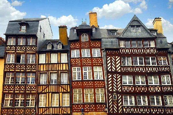 Cette ville bretonne, née au Ier siècle av. J.C, se situe au confluent de l'Ille et de la Vilaine. Dynamisée par une vie estudiantine, Rennes est une ville agréable à visiter.  Elle arbore un air médiéval avec ses maisons à colombage, ses portes mordelaises et pont-levis bordant les restes des anciennes fortifications, ainsi que la Tour Duchesne et son rempart du XVème siècle. Pourtant en 1720, un ...