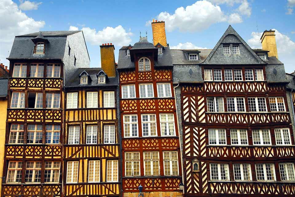 Questa città bretone nata nel I secolo a.C, è ubicata alla confluenza dell'Ille e del Vilaine. Resa dinamica da una vita studentesca, Rennes è una piacevole città da visitare.  La città sfoggia un aspetto medievale con le sue case a graticcio, le sue porte di ferro battuto, i ponti levatoi che si trovano lungo le antiche fortificazioni, la Tour Duchesne e le sue cinta murarie del XVsecolo. Tuttavia, ...