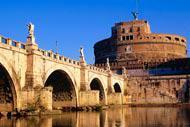 Il Castel Sant'Angelo si trova lungo la sponda destra del Tevere, non lontano dal Vaticano. L'edificio fu costruito nel II secolo d.C per volere dell'imperatore Adriano.