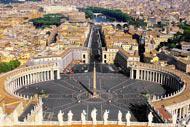 Piazza San Pietro, con il suo colonnato del Bernini, sancisce l'entrata in Vaticano e verso la Basilica eponima.