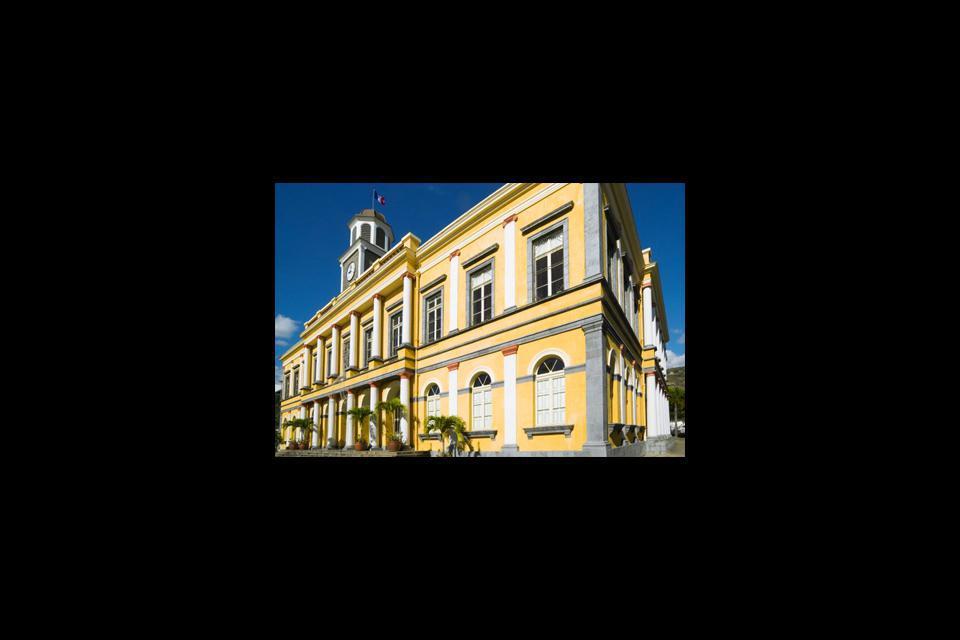 La ville offre des joyaux d'architecture créoles mais aussi des bâtiments qui rappellent le passé colonial de l'île.