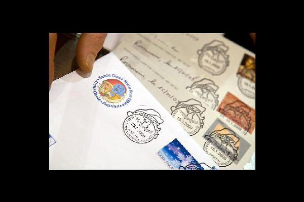 Mitten im Dorf befindet sich das Postamt des Weihnachtsmanns, wo Briefe aus der ganzen Welt eintreffen.