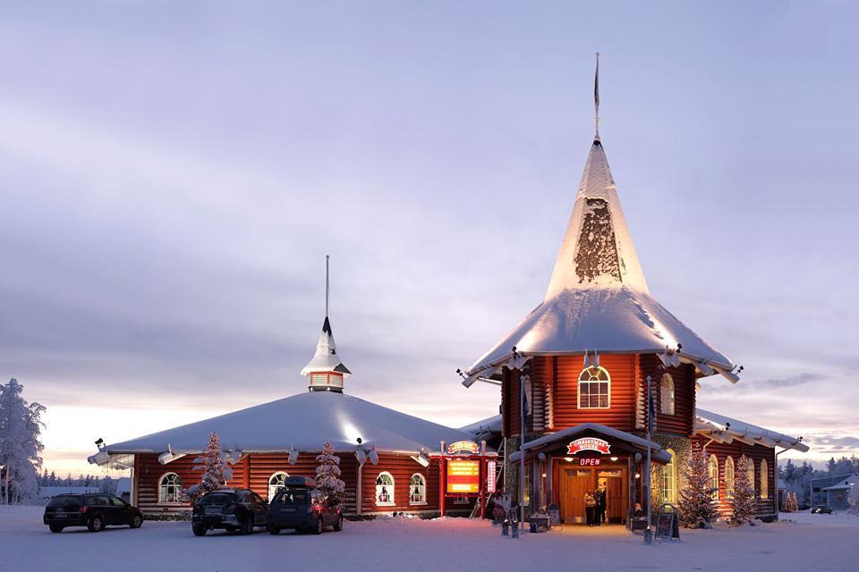 Tous les enfants le savent, c'est en Finlande qu'habite le Père Noël et plus particulièrement du côté de Rovaniemi. Le village du Père Noël se retrouve naturellement en pleine effervescence chaque fin d'année et constitue un lieu de pélerinage incontournable pour les petits Finlandais mais aussi pour nombre de touristes. Entièrement détruite en 1944 par l'armée allemande, Rovaniemi dispose d'un urbanisme ...