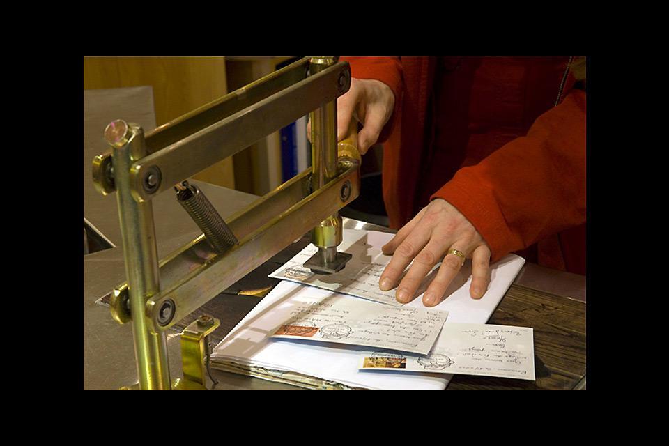 Dans la poste du Père Noel on trouve des timbres et des enveloppes déorées aux couleurs de Noel.