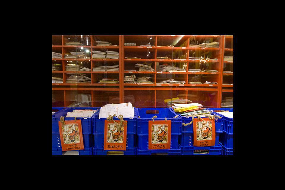 Zu Jahresende treffen im Postamt des Weihnachtsmanns tausende Briefe ein.