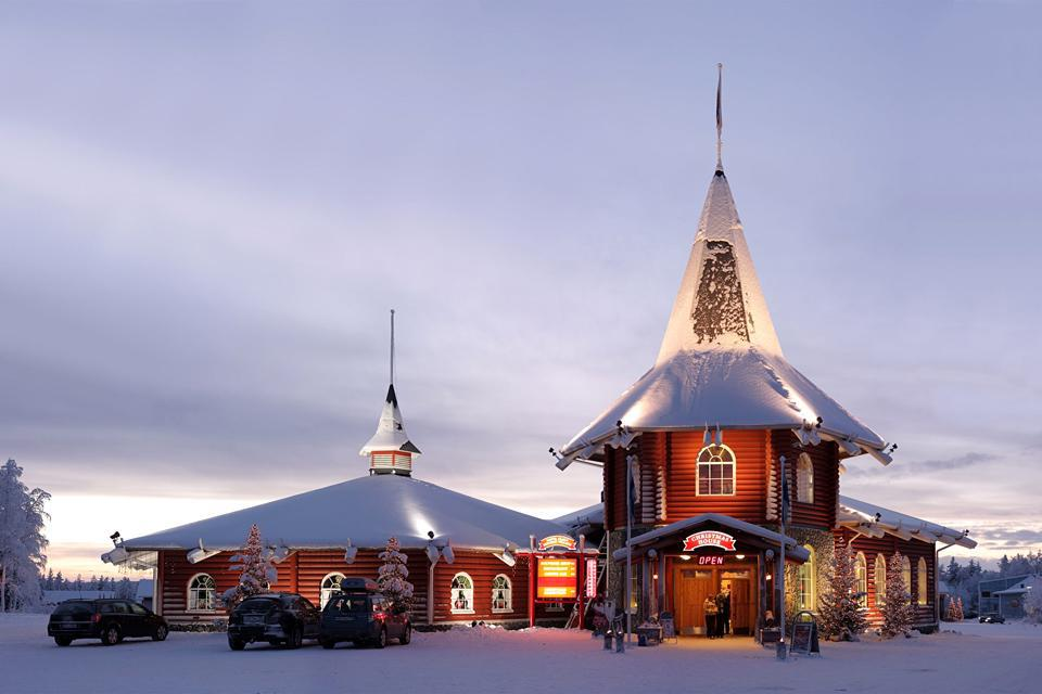 Rovaniemi ist das Heimatdorf des Weihnachtsmanns.