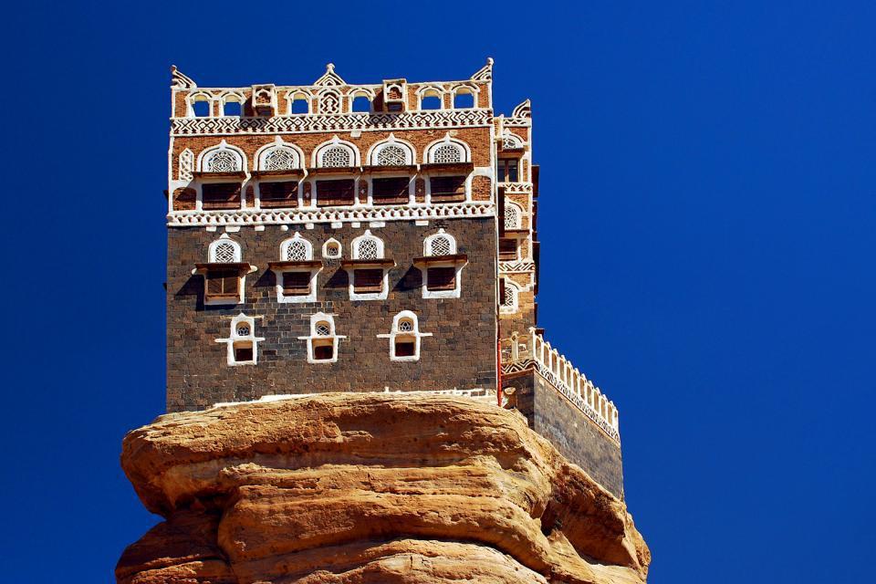 A Sanaa, la capitale, il faut prendre son temps pour déambuler dans la vieille ville fortifiée, admirer les maisons, visiter le Musée national, la Grande mosquée, un hammam, et les souks vers 18 heures. Depuis la capitale, on peut facilement partir en excursion pour visiter, à 8 km, la vallée du Wadi-Dhar et son très célèbre palais du Rocher. Ou bien Amran (à 50 km) et son souk fortifié, actif surtout ...