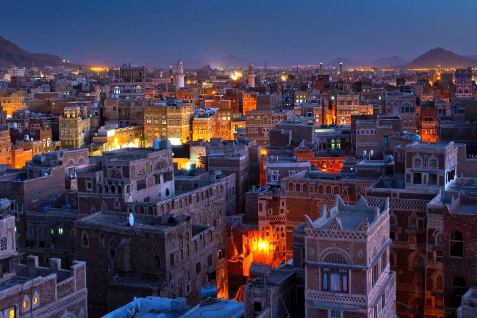 La nuit, Sanaa montre un visage différent mais tout aussi animé, véritable incarnation des contes des milles et une nuits.