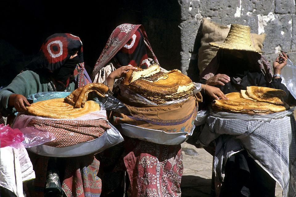La città ha subito numerose influenze in quanto è appertenuta in primo luogo all'Etiopia prima di entrare a far parte dell'Impero Ottomano e di diventare la capitale dello Yemen.