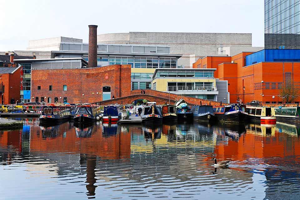 Le grand retour de Birmingham! Représentant pour beaucoup une ville industrielle dépourvue de charme, Birmingham a investi des millions pour rajeunir son image ses dernières années et la ville est désormais au meilleur de sa forme. Ce centre névralgique multiculturel et animé constitue la deuxième plus grande ville d'Angleterre et abrite plusieurs superbes musées d'art moderne ainsi que la plus importante ...