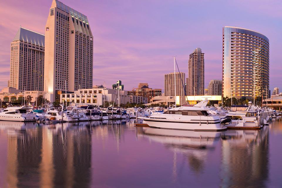 Settima città degli Stati Uniti con quasi 1,4 milioni di abitanti, San Diego è anche una città rinomata in quanto beneficia del sole californiano...300 giorni l'anno! La ricchezza della sua cultura accoppiata alla sua bellezza naturale ne fanno una meta turistica maggiore della California. Inoltre la città possiede un'importante facciata Pacifica con la penisola di Coronado e le sue spiagge paradisiache ...