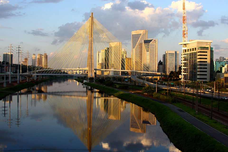 Sao Paulo, die Wirtschaftshauptstadt Brasiliens und die weltweit drittgrößte Stadt nach Mexiko-Stadt und Tokio ist eine Stadt der Extremfälle. 22 Mio. Einwohner, 6 Mio. Autos, die monströse Verkehrstaus veursachen, Schwärme von Hubschraubern (hier ein ganz normales Transportmittel!), die um Wolkenkratzer kreisen, die sich bis zum Horizont erstrecken. Das kann einen zuerst ein bisschen erschrecken, ...
