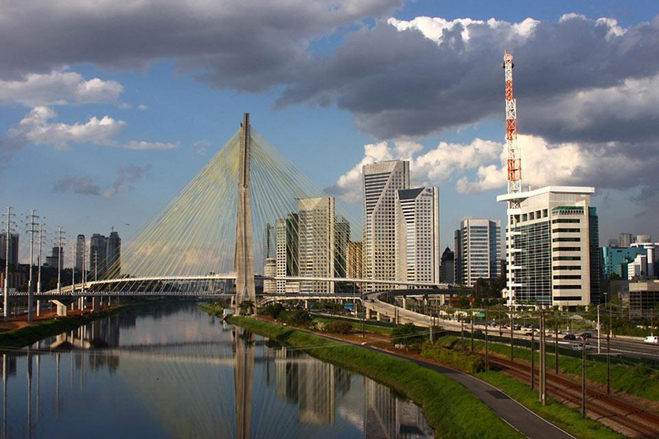 Terza città del mondo dopo Città del Messico e Tokyo, San Paolo si estende a perdita d'occhio.