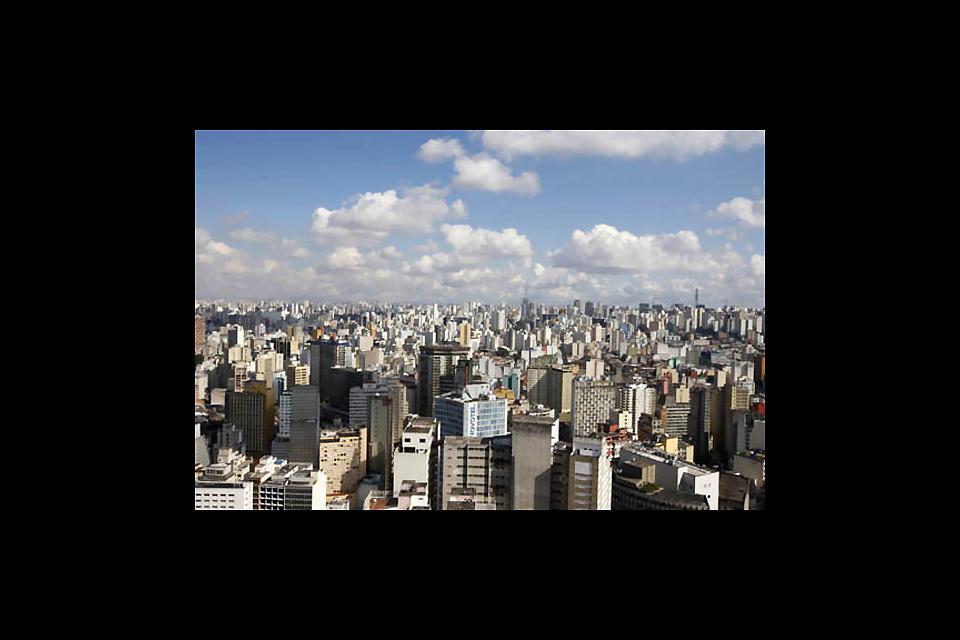 Ci si sente oppressi tra i 2578 grattacieli, che sorgono uno sull'altro, di questa megalopoli dove circolano più di 6 milioni di automobili.