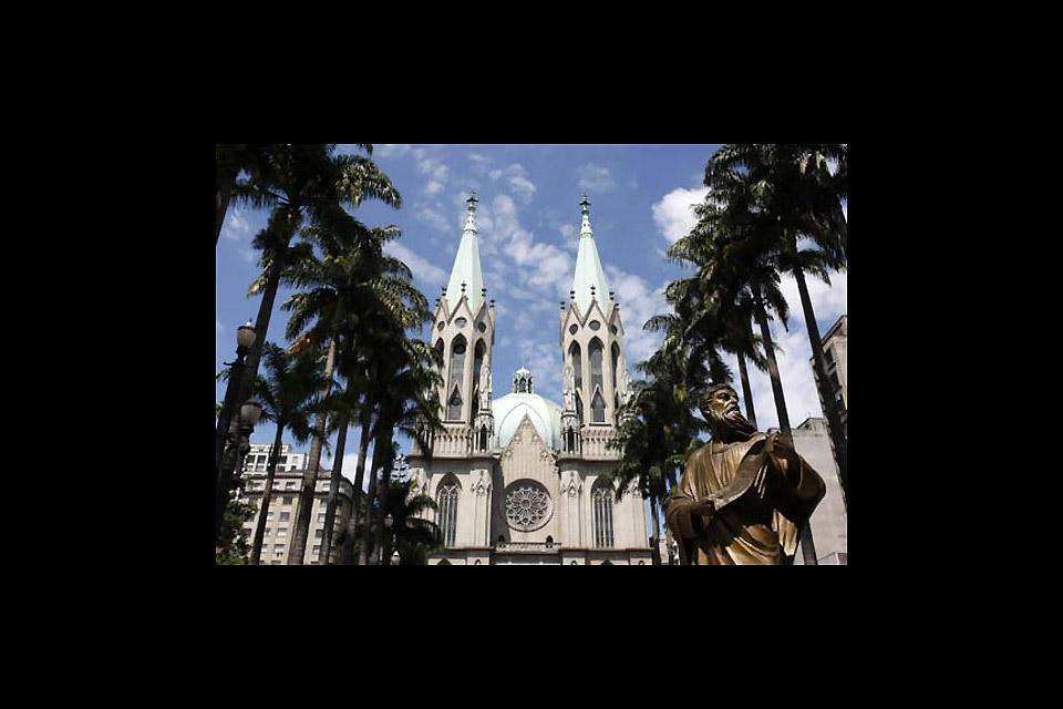 Die Statue des Apostels Paulus befindet sich gegenüber der Kathedrale und erinnert an den Gründer von Sao Paulo. Sie wurde zum Gedenken an seine Bekehrung zum Katholizismus errichtet.