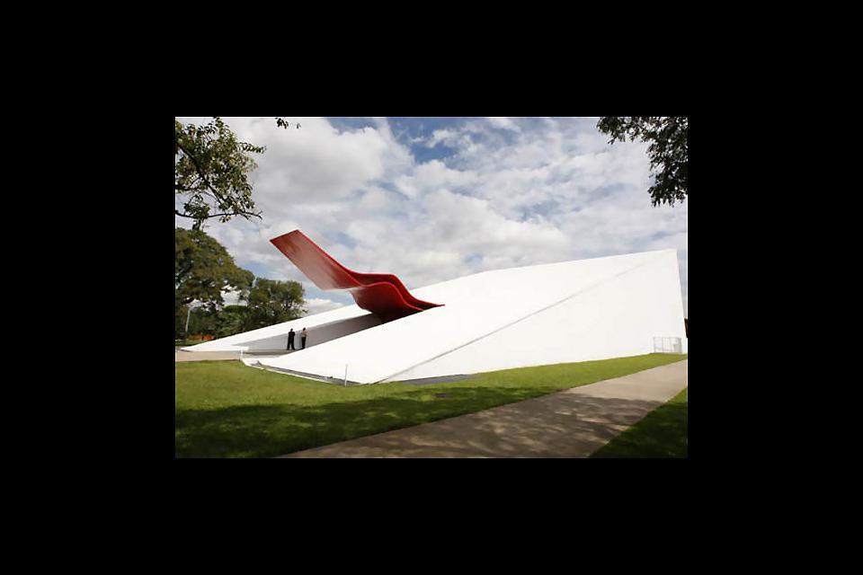 Das letzte Bauprojekt von Oscar Niemeyer steht inmitten des Parks und wurde im Oktober 2005 eingeweiht. Hier befinden sich 800 Sitzplätze und ein modulierbarer Bereich für mehr als 15.000 Personen.