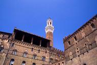 """Torre del Mangia (Froschperspektive). Es handelt sich um den Belfried des Palazzo Publico, dessen Name auf den Spitznamen """"Mangiaguadagni"""" des allerersten Turmwächters zurückgeht."""