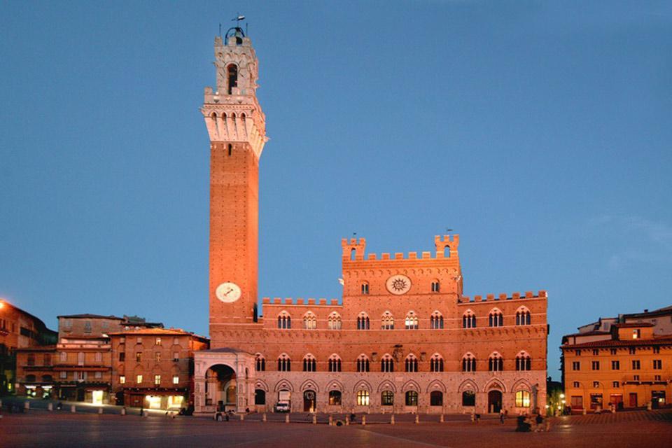 Una bonita panorámica de la Piazza del Campo. Como telón de fondo se encuentra el Palazzo Pubblico, dominado por la Torre del Mangia.
