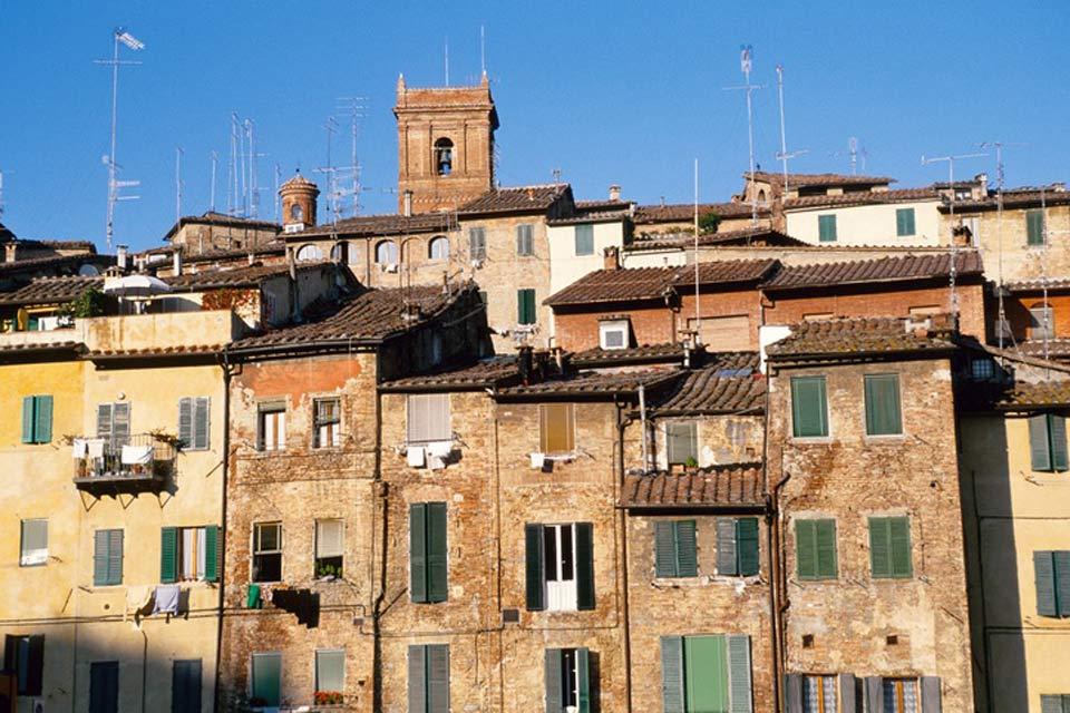 Siena posee numerosas calles pintorescas, rodeadas de casas antiguas, altas y austeras.