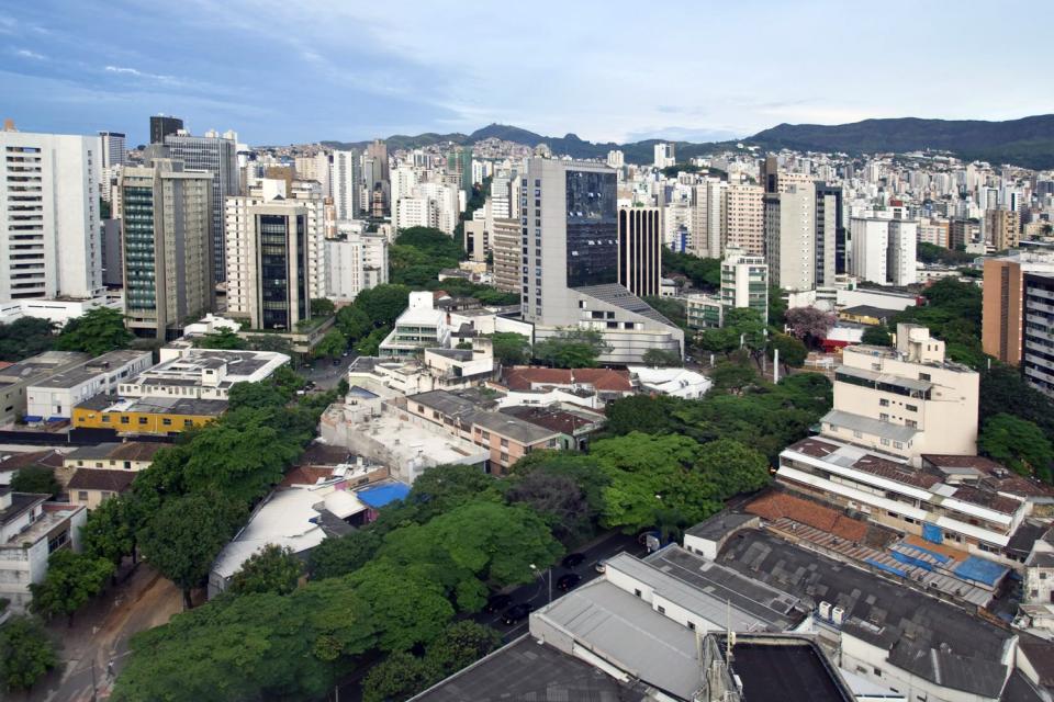 Belo Horizonte est la plus grande ville et la capitale de l'État du Minas Gerais, au sud-est du Brésil. Relativement récente, cette ville moderne créée en 1897 est la ville natale de Dilma Rousseff. La troisième ville du Brésil se trouve dans une région montagneuse au cœur de la zone des mines d'or et des pierres précieuses....