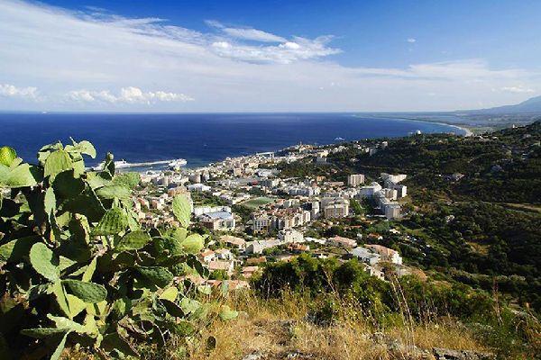 La ville basse de Bastia s'étend le long de la côte. On y retrouve le port méditerranéen et les ruelles pittoresques.