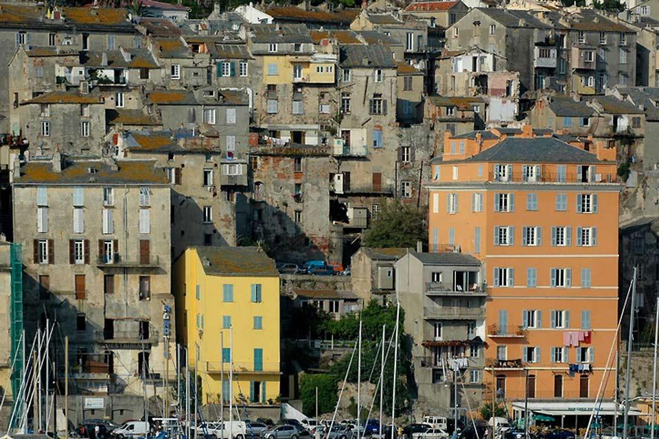 Le centre ville de Bastia offre aux visiteurs de nombreux édifices hérités du 19e siècle.