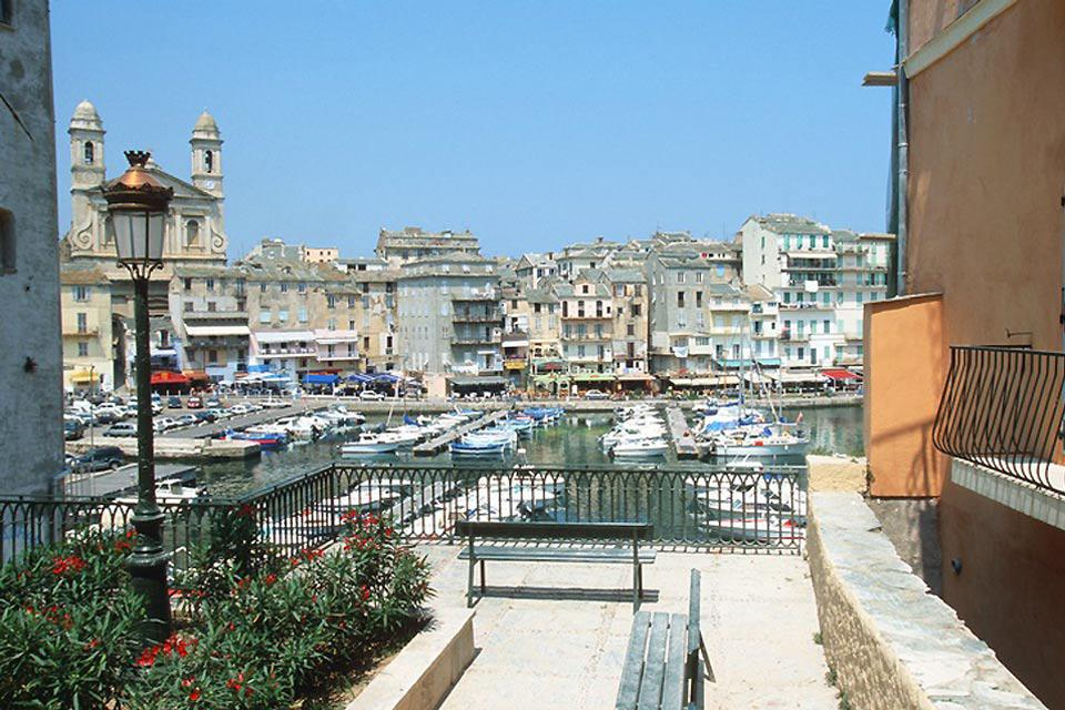 La ville de Bastia est organisée autour de son vieux port, l'ancienne marine de pêcheurs qu'on appelait Porto cardo.