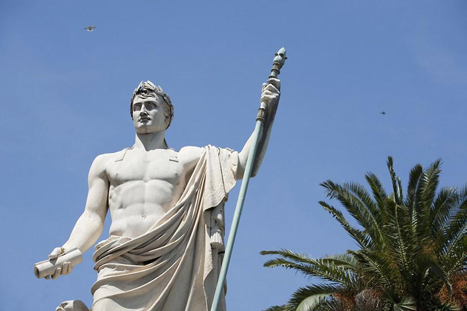 Cette statue est une oeuvre de Bartolini, érigée sur la place Saint Nicolas à la mémoire de l'illustre corse.