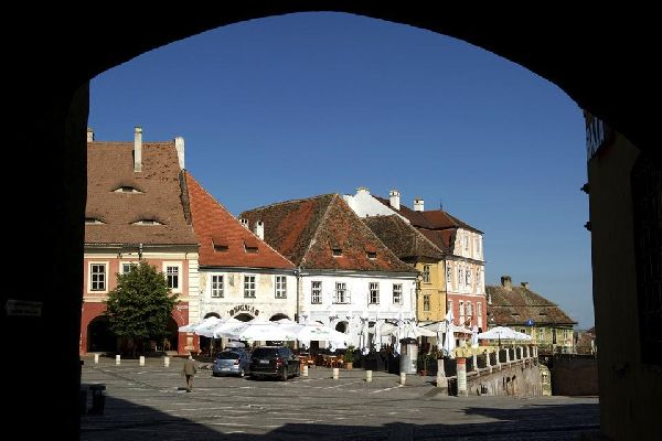 Despite Sibiu's authentic architecture, this city is far from being a sleepy place. On the contrary, the atmosphere here is lively until late into the night and the inhabitants love mingling with the tourists.