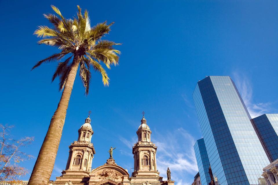 Santiago ist eine Hauptstadt, in der es sich angenehm lebt. Im Zentrum spielt sich alles um den Plaza de Armas herum ab: Die Fußgänger- und Einkaufsstraßen laufen alle zu deren schattigen Bänken und dem lebhaften Treiben, das sie auszeichnet, hin zusammen. Der Park Cerro Santa Lucia ist die Lunge der Stadt. Es ist ein herrlicher öffentlicher Park mit Wasserbecken, Springbrunnen und Stufen aus Keramik. ...