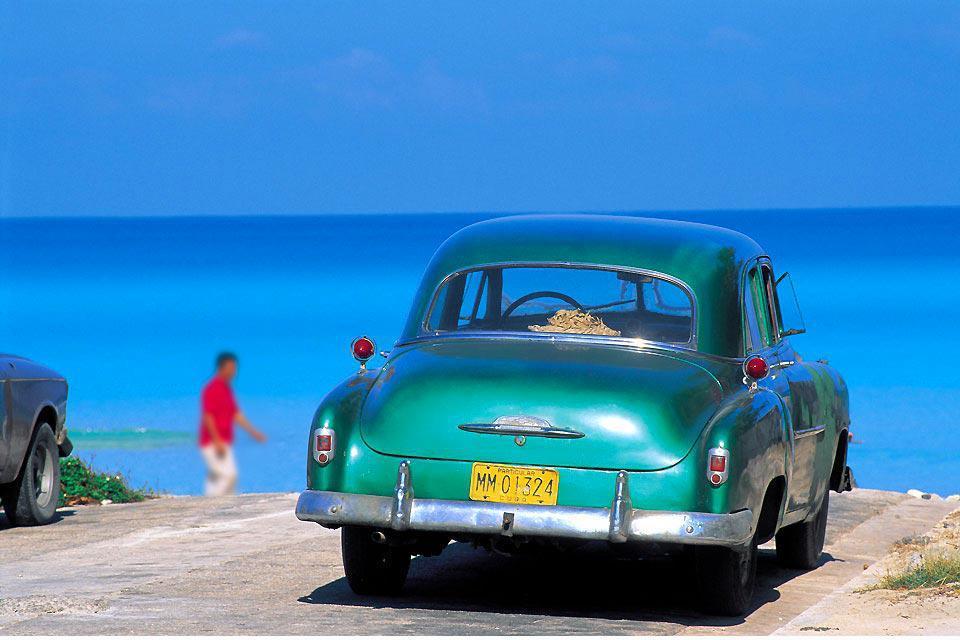 Santiago, seconda città di Cuba, compete, in bellezza, con l'Avana. Il quartiere del Centro possiede una delle piazze più belle di Cuba, il Parque Cespedes, con la cattedrale e la casa di Diego Velazquez. Si ascolteranno i trovatori di Santiago, alla Casade la Trova, e si visiterà il museo del Carnevale che si tiene peraltro nel mese di luglio. È il più importante dell'isola. A 14km da Santiago, ...