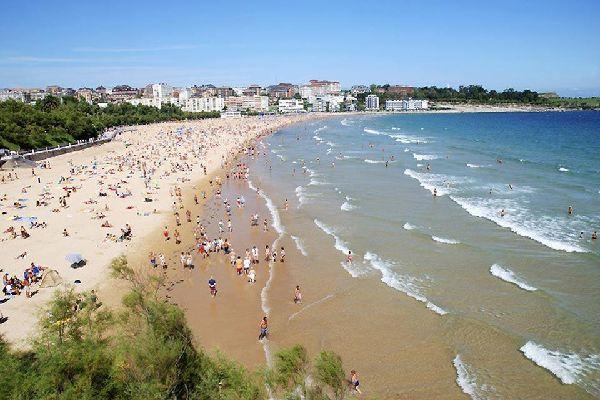 Capitale della Cantabria, questa città moderna e cosmopolita è situata in una delle baie più splendide del mondo.