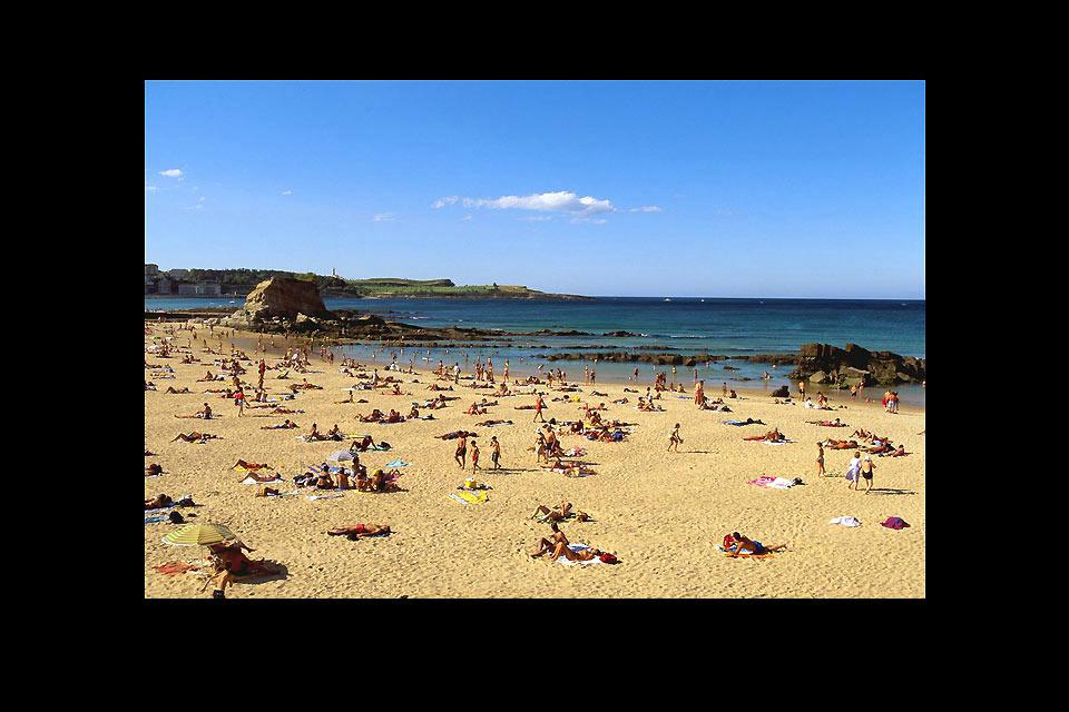 The beach of El Camello is 200 metres long and 50 metres wide, attarcting a large number of visitors.