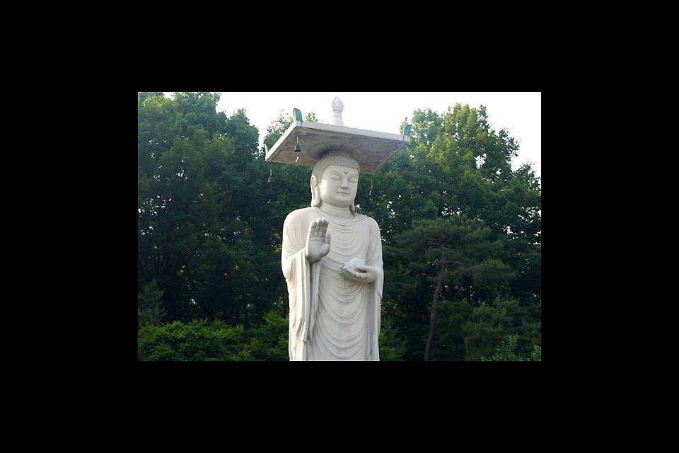 The largest statue of Buddha in Korea measures 23 meters high.