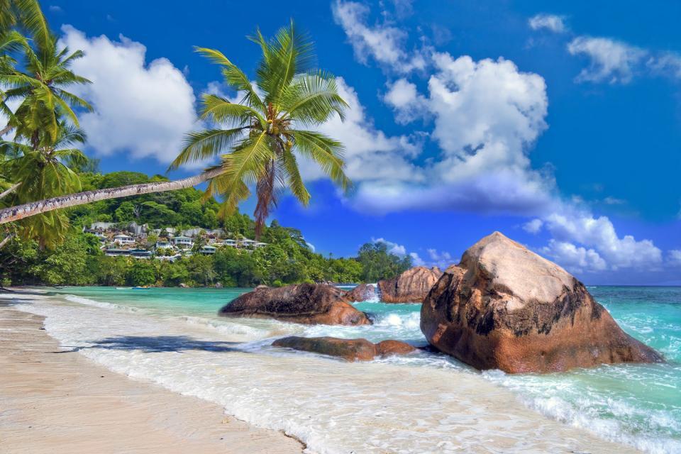 Con su aeropuerto internacional, Mahé constituye un punto de paso obligado para los viajeros que van a las Seychelles. Esta isla montañosa de 27km de largo por 8de ancho es la más grande del archipiélago. También es la más poblada, tiene 60.000habitantes, lo que equivale a 9 de cada 10seychellenses. Pero aunque Mahé sea la isla más urbanizada de todas, eso no quiere decir que ...