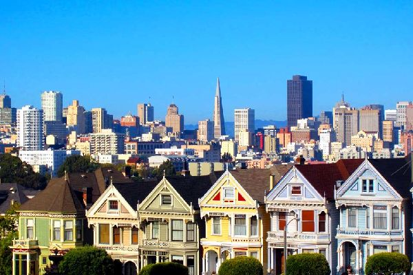 The other big State city, San Francisco, will look more familiar to the European tourists than Los Angeles: walking is the most common way of transportation (which is pretty rare in the United States), and this city built around hills possesses a true appeal, with its innumerable coloured-wooden houses and the atmosphere, reflecting quietness and relaxation....