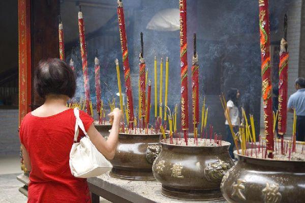 A H? Chí Minh si possono visitare numerose pagode, come quella dell'imperatore di Jade, quella di Giac lam o di Ninh Naghîem.