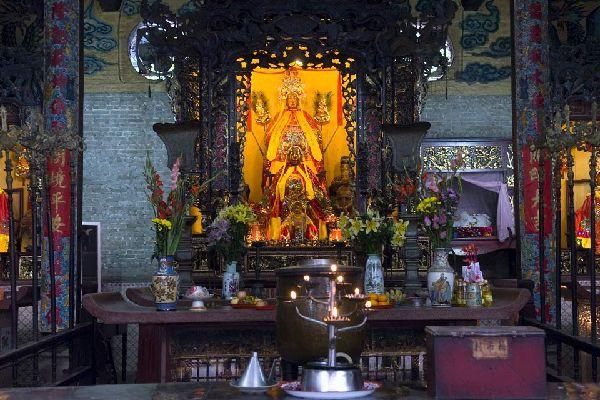 La pagoda dell'imperatore di Jade, con le sue sculture policrome e monumentali, i mosaici e il giardinetto, è uno dei più bei templi della città.