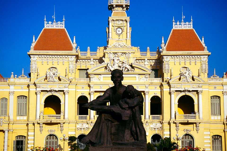 Anciennement appelée Saigon, Ho Chi Minh est la première ville du Vietnam en termes démographique et économique. En perpétuel mouvement, traversée à toute heure de la journée par des milliers de scooters et de vélos, la ville ne cesse de changer et les grandes enseignes côtoient désormais les échoppes dans une animation débordante. Point de départ de nombreuses excursions dans le Delta du Mékong, Ho ...