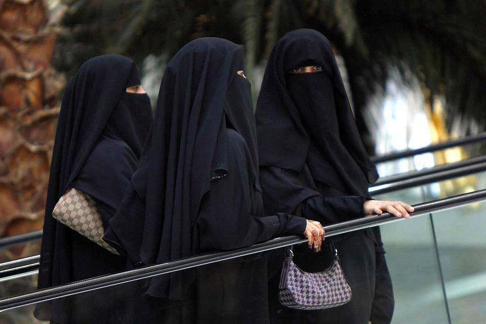 """Traditionnellement et conformément à la religion musulmane, les femmes portent l'""""abaya"""" couvrant le corps de la tête aux pieds."""