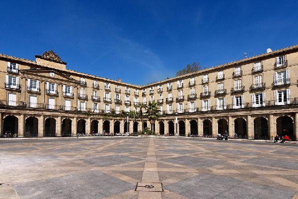 Das Gebäude der Baskischen Sprachakademie liegt am Plaza Nueva und ist ein wunderschönes Stilbeispiel der Belle Epoche (dt. Schöne Epoche).