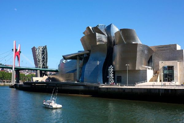 This building conceived and designed by Frank Gehry symbolises the shipbuilding industry through its shape and the materials used.