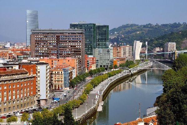 Über die Promenade am Fluss Nevion führt die Zubizuri-Brücke, die vom Architekten Santiago Calavatra erdacht wurde.