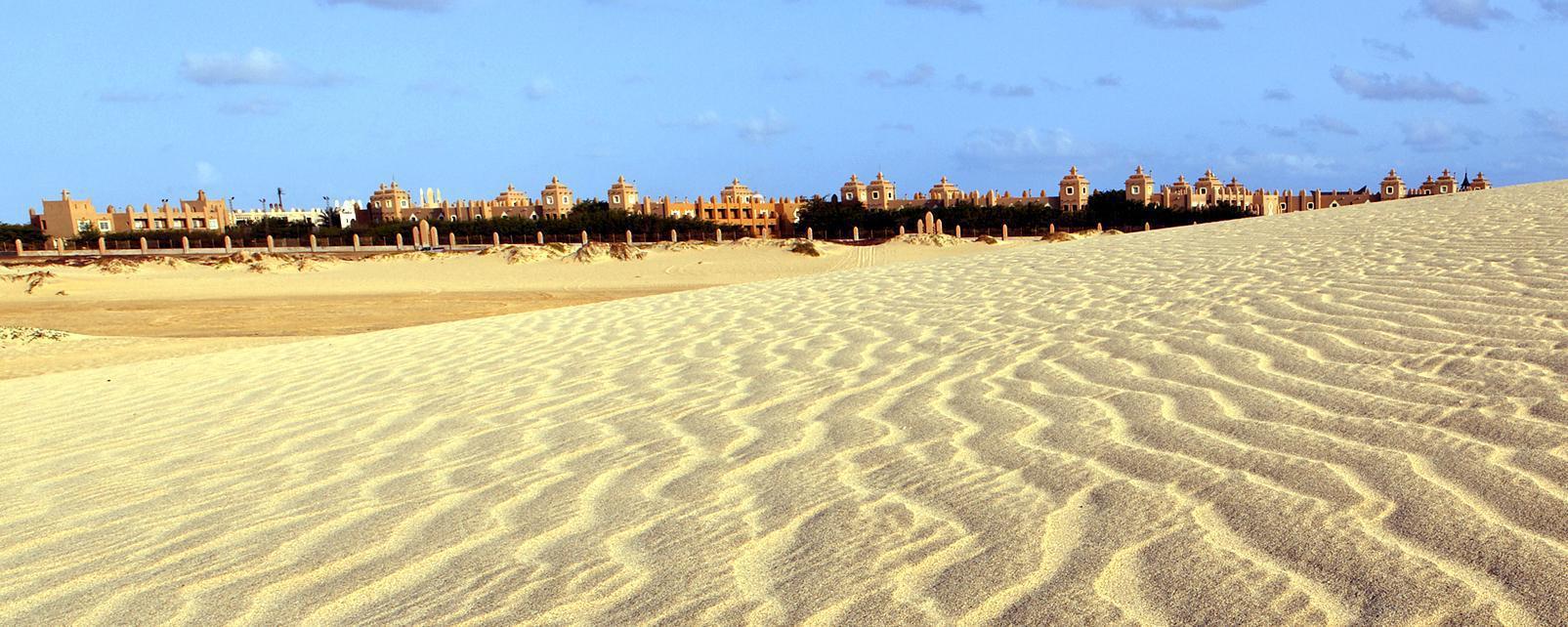 Afrique; Cap-Vert; Sal; sable; ville; bâtiment; ciel;