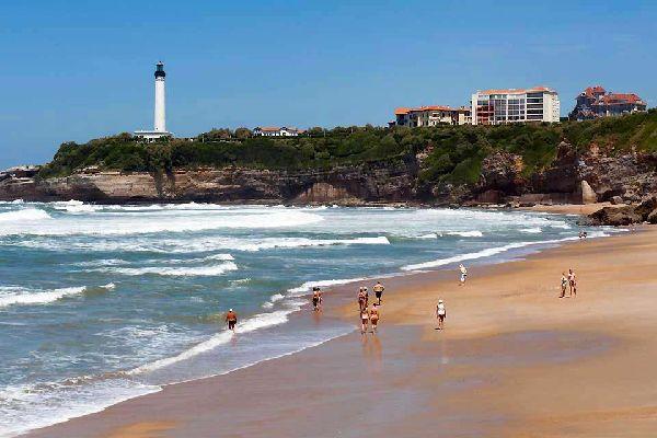 Terre incontestée des surfeurs, cette station chic de la côte Basque est aussi surnommée « la reine des plages », nom qu'elle porte bien ! Multipliant par 10 son nombre d'habitants en été, la ville a connu un essor grandissant depuis que Napoléon III, accompagnée de l'impératrice Eugénie, en ont fait leur fief. Loin des stations populaires de la côte, Biarritz accueille une clientèle aisée. Les belles ...