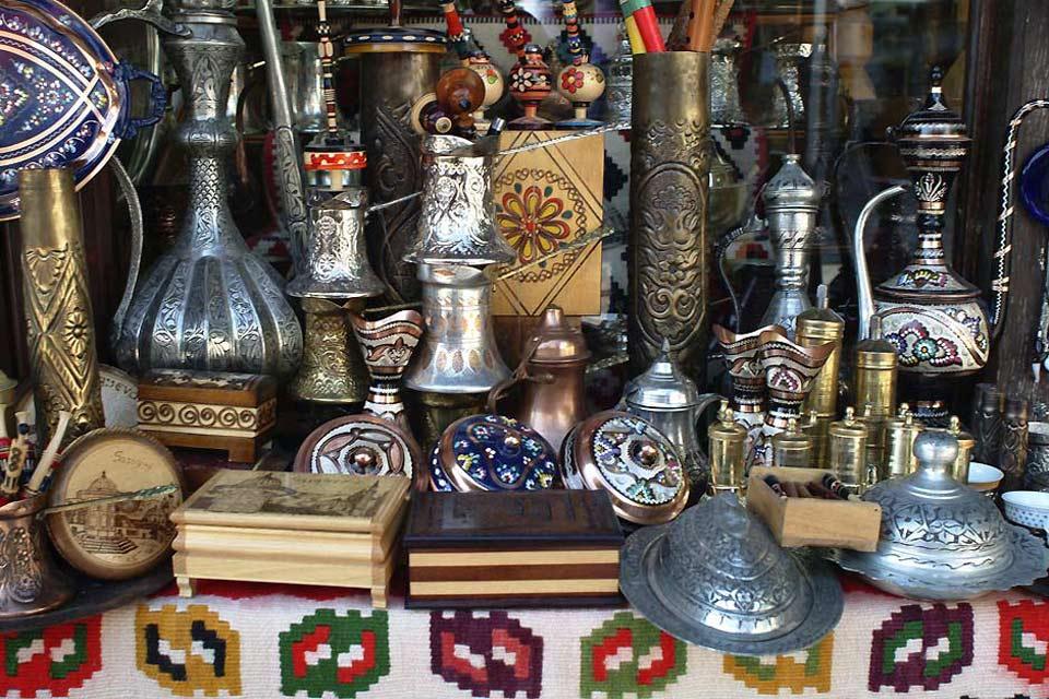 Théières, narguilés, lampes, bijoux dans les boutiques de la capitale, un avant-goût des influences orientales.