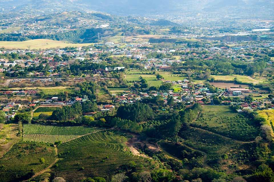 Au centre du Costa Rica à 1200 mètres d'altitude, San José est à la fois la plus grande ville du pays et sa capitale depuis 1823, à peine un siècle après sa fondation tardive. De longues artères ou au contraire de petites rues étroites et bariolées, des bâtiments souvent modernes et grisonnants, quelques hautes tours, des bidonvilles sont les premières images qu'offre cette ville animée et cosmopolite ...