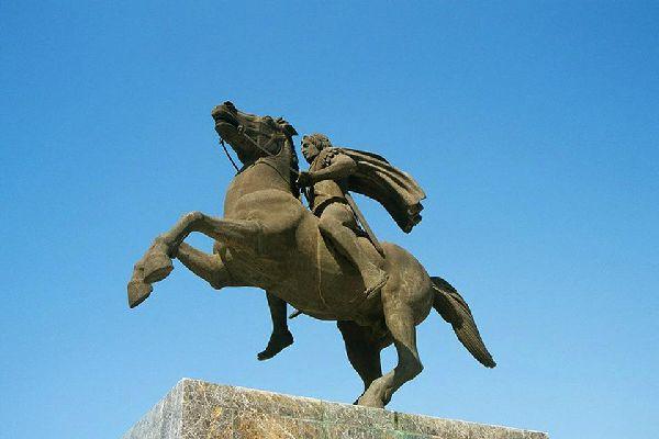 Esta estatua fue erigida en memoria del hijo de Filipo de Macedonia.