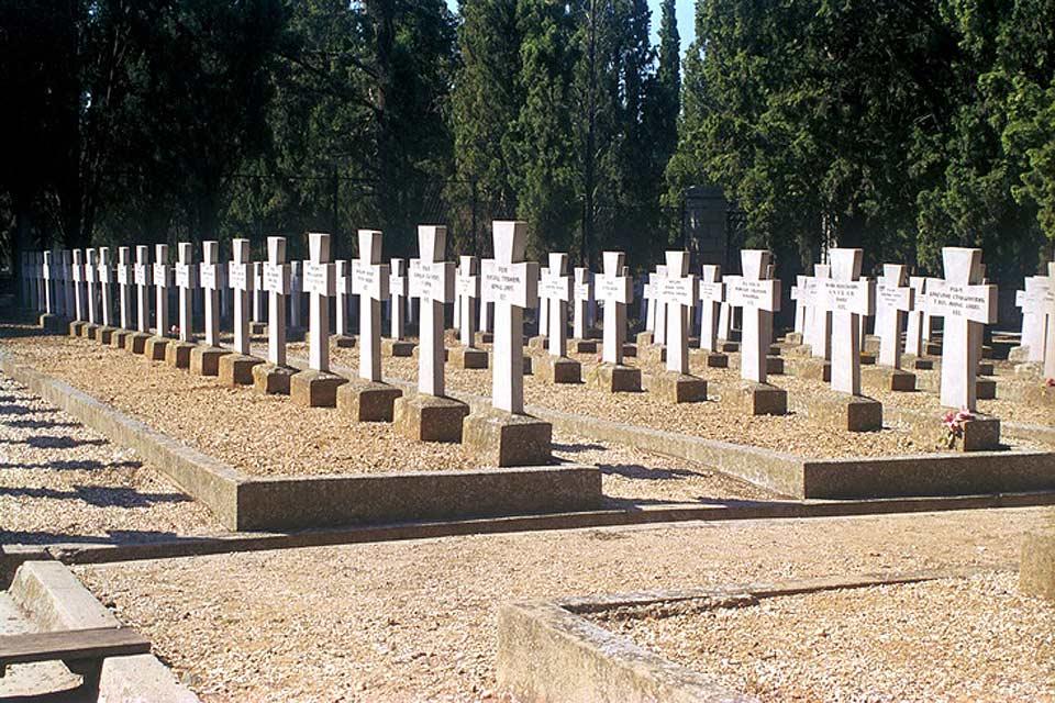 Ce cimetière rassemble plus de 7 000 tombes de militaires.