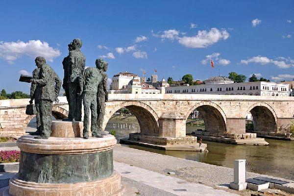 Skopje, capitale de l'actuelle République de Macédoine, possède une tradition millénaire. C'est le lieu de la rencontre de l'Orient et de l'Occident, situé sur les grandes voies de passage internationales. Son patrimoine architectural traduit différentes époques et civilisations : l'Antiquité, le Moyen-Age et la domination turque. Cependant, la ville est toujours profondément marquée par le tremblement ...
